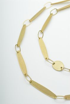 Michele Wyckoff Smith (UK): Textured 18 ct gold petal chain. Pieces of Eight collection.