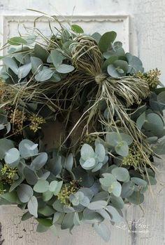 ユーカリの葉をメインにしたグリーンリース。ドライした葉を束ねリボン結びにしたさりげなさが、センス抜群です。