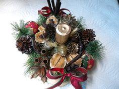Arranjo de mesa de natal, feito em madeira mdf pintada,com bolas natalinas,fitas,vela,festão,e diversas sementes da natureza secas e envernizadas ou pintadas. R$ 130,00