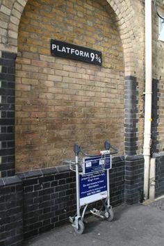 Harry Potter. La estación de King Cross en Londres tiene la famosa plataforma 9 3/4 desde la que se accede al tren que lleva a la escuela de Hogwarts. #Localizador GPS 51.53072,-0.123428  King's Cross Station in London is the place where Harry Potter takes the Hogwarts train, right in the platform 9 3/4. #Localizador GPS 51.53072,-0.123428