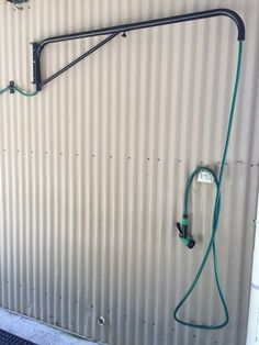 Basic Tips and Suggestions to Help You While Training Horses Show Cattle Barn, Horse Tack Rooms, Horse Barn Designs, Horse Barn Plans, Horse Barn Decor, Horse Shelter, Horse Stalls, Horse Farms, Tallit
