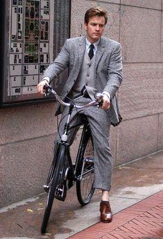 Ewan McGregor (1971). Attore, regista e cantante scozzese. Ha ottenuto il riconoscimento internazionale con il ruolo di Mark Renton in < Trainspotting > e del Cavaliere Jedi Obi-Wan Kenobi nella trilogia prequel di Guerre stellari