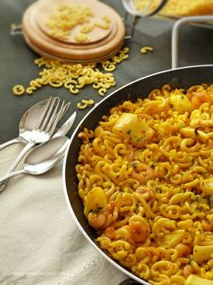 *Fideuà*, sabrosa y especial. Fish and fat noodles. Chicken Pasta Recipes, Pork Recipes, Veggie Recipes, Seafood Recipes, Healthy Recipes, Healthy Meals To Cook, Healthy Cooking, Easy Meals, Vegan Falafel Recipe