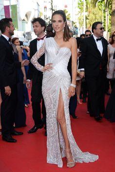 Alessandra Ambrosio en robe Atelier Versace printemps-été 2014 http://www.vogue.fr/sorties/on-y-etait/diaporama/les-plus-belles-robes-du-festival-de-cannes-2014/18787/image/1002460#!alessandra-ambrosio-en-robe-atelier-versace-printemps-ete-2014-festival-de-cannes-2014