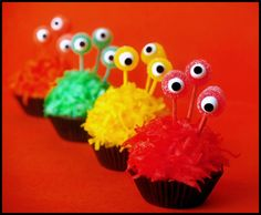 Monster Cupcakes - 20 Sweet and Easy Treats for Halloween Party Monster Birthday Parties, Monster Party, Birthday Fun, Birthday Cakes, Mini Monster, Monster Mash, Birthday Ideas, Creepy Halloween Food, Halloween Treats