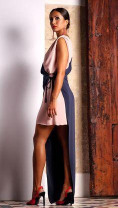 632762e21 Vestido fiesta asimétrico. Vestido exclusivo de dos largos diferentes.  Color azul marino y rosa. Laura Vilanova Designer