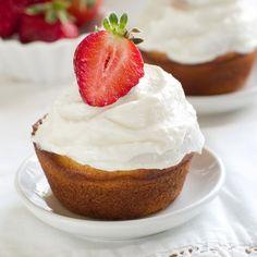 Savarin aux fraises Cheesecake, Savarin, Pain, Sauces, Desserts, Food, Rum, Strawberries, Plate