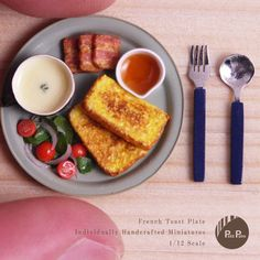 Miniature French Toast Dollhouse ♡ ♡ By Petit Palm Miniature Kitchen, Miniature Crafts, Miniature Dolls, Miniture Food, Miniture Things, Diy Doll Miniatures, Polymer Clay Miniatures, Tiny Food, Fake Food