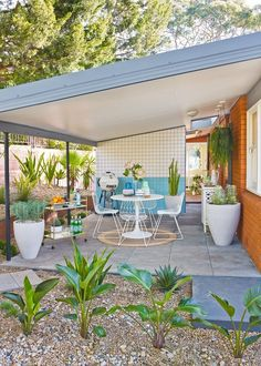 How to turn your carport into an outdoor oasis mid-century . - How to turn your carport into an outdoor oasis Mid-century outside - Mid Century Modern Design, Mid Century Modern Furniture, Midcentury Modern, Mid Century Modern Houses, Living Room Ideas Mid Century Modern, Mid Century Modern Bathroom, Classic Furniture, Outdoor Seating Areas, Outdoor Spaces