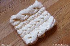 Un snood aux torsades variées, tricoté en laine Rapido couleur Craie de chez…