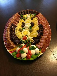 Finger Food Appetizers, Holiday Appetizers, Appetizer Recipes, Party Food Meat, Wedding Buffet Food, Meat Platter, Food Garnishes, Veggie Tray, Food Platters