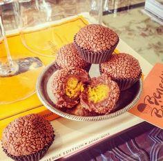 Brigadeiro de chocolate recheado com bolo de cenoura! Para mim é uma versão do bolo de cenoura para aqueles que amam a cobertura! Assim fica perfeito! heeuuehe Ps: faria sem ovo, com certeza! Até arriscaria a versão Vegan! ;)