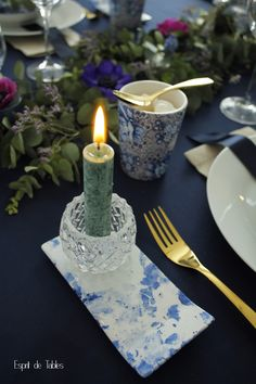 Décoration de table *** Table L'heure Indigo *** Retrouvez toutes mes décorations de tables sur Facebook *** Esprit de Tables by Daphné Decoration Table, Birthday Candles, Indigo, Tables, Facebook, Furniture, Home Decor, Spirit, Mesas
