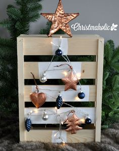 Zelf een houten kerstboompje maken van een klein fruitkistje, hartstikke simpel! Bekijk de DIY op www.christmaholic.nl! | Make your own alternative wooden christmas tree with this Christmas #DIY.