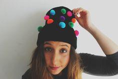 Gorro con pompones Diy, Silver, Beauty, Wool Hats, Pom Poms, Fascinators, Pearls, Do It Yourself, Bricolage