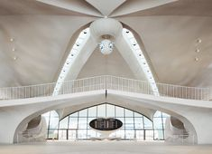 Eero Saarinen's soaring terminal serves as the heart of the TWA Hotel.Courtesy of TWA Hotel. Photo by David Mitchell. David Mitchell, Eero Saarinen, Hotel Gym, Airport Hotel, Florence Knoll, Amazing Architecture, Modern Architecture, Chinese Architecture, Tadao Andō