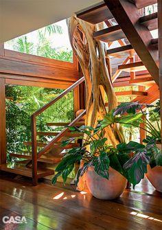 A casa em Trancoso, BA, abre-se ao sol, à natureza e ao azul da piscina para o deleite de seus moradores.