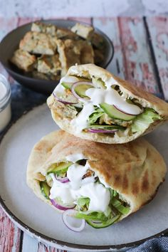 Hjemmelavet Kyllingekebab I Pitabrød Med Salat Og Hvidløgsdressing - Jeg elsker hjemmelavet kebab og i dag har jeg lavet hjemmelavet kyllingekebab! Serveret i pitabrød med salat og hvidløgsdressing. Kødet kan også fryses og så har du lækker kebab til travle dage. Kebab kan også bruges i sandwiches, på pizza osv. #Kebab #Kylling #Aftensmad #Pitabrød #Hvidløg Asian Recipes, Mexican Food Recipes, Healthy Recipes, Easy Cooking, Cooking Recipes, Norwegian Food, Good Food, Yummy Food, Sandwiches