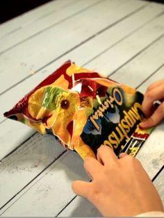 Chipstüte verschließen? Einfach und ganz ohne Hilfsmittel geht es mit diesem Trick.