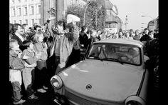 Cidadãos de Berlim Ocidental acolhem os alemães orientais que passam no posto de fronteira Invalidenstrasse após a abertura da fronteira da Alemanha Oriental ser anunciada em Berlim, em foto de arquivo de 10 de novembro de 1989