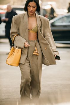 The best street style at Milan Fashion Week autumn/winter - Vogue Australia ∘ pinned by: theboynxtdoor ∘ womensfashion fashion style outfits ∘ 50032245846653006 Street Style Trends, Best Street Style, Street Style Outfits, Milan Fashion Week Street Style, Street Style Summer, Cool Street Fashion, Street Style Looks, Street Style Women, Street Style Suit