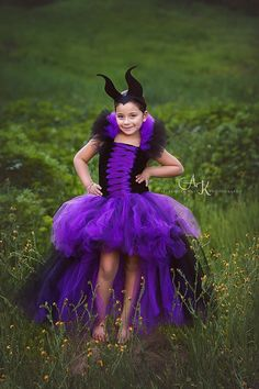 This Maleficent tutu dress has 2 layers of doubled tulle to give it that extra puffy look! The front of the dress has a bland of purple and Halloween Karneval, Halloween Kostüm, Halloween Costumes, Scarecrow Costume, Fairy Costumes, Costumes Avec Tutu, Disney Tutu Costumes, Disney Villain Costumes, Tulle Dress