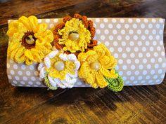 Carteira poá com flores amarelas