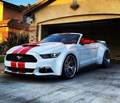 Ford Mustang Cabrio: Weiß mit roten Rallyestreifen