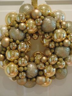 We love this very festive golden wreath #Weihnachten #Dekoration #Gold