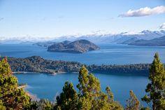 Que Patagonia es un destino de viaje lleno de sitios increíbles ya lo decíamos (ver 10 paisajes que cuesta creer que existen en Patagonia). Entre ellos, hoy exploramos en imágenes la zona del Lago Nahuel Huapi, famoso por su azul intenso entre montañas, bosques y sitios que se ven de cuento. She Paused 4 Thought …