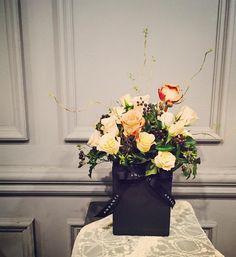 . 우아하고 차분한 느낌의 센터피스 . . [소재] #샤만트 #카푸치노장미 #실버장미 #장미 #담쟁이 #곱슬버들 . . #플라워 #플라워레슨 #꽃 #꽃스타그램 #flower #flowerarrangement #florist #flowerlesson #센터피스 #centerpiece #interior #design