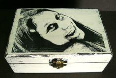 Caja de madera con ténica mixta pintura y transferencia realizada en el Taller de Sarín.