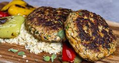 Chicken burger patties by Greek chef Akis Petretzikis. Chicken burgers with bulgur and sautéed vegetables for a quick, easy tasty meal that is ready in minutes! Easy Delicious Recipes, Yummy Food, Ground Chicken Recipes, Chicken Patties, Greek Cooking, Patties Recipe, Love Eat, Burger Recipes, Greek Recipes