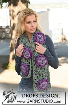 """Écharpe DROPS au crochet avec fleurs en """"Eskimo"""". ~ DROPS Design"""