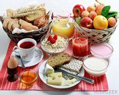 Bien dicen que el desayuno es la comida más importante del día pero, ¿por qué se le otorga tanto poder a ese momento del día? La mayoría de la gente no sabe en realidad como desayunarsanamente, y a veces puede cometer errores realmente graves al momento de ingerir la primera comida del día. Contextualicemos un poco: cuando dormimos dejamos sin comer más, menos 8 o 9 horas y claro es que por la noche también quemamos calorías al desarrollar múltiples procesos en nuestro organismo.Sabercomo…