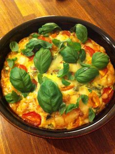 Ugnsomelett med skinka, spenat och tomater.