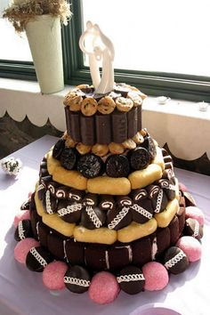 A very creative (and, now, almost impossible to create) Hostess wedding cake. Twinkies and Cupcakes and Ding Dongs and Snowballs and Ho Hos and Suzy Q's and Mini Muffins... oh my!!!