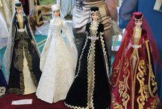 На протяжении ряда лет Заслуженный деятель искусств РИ, художник-модельер Зина Инаркиева радует публику куклами в национальных ингушских нарядах. В каждое изделие она вкладывает свою душу и талант. Миниатюрные фигурки в живописных одеяниях украшают не одну коллекцию, как в России, так и за рубежом. С развитием туристической сферы республики это ремесло приобретает особое значение.