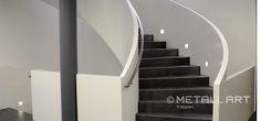 Freitragenden Stahlwangentreppen mit intergrieter LED-Beluchtung an der Innenseite der brüstungshohen Kastenwangen | MetallArt Metallbau Schmid GmbH