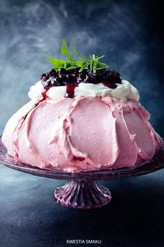 Pavlova Cassis with black currants Bolo Pavlova, Meringue Pavlova, Meringue Desserts, Trifle Desserts, Just Desserts, Delicious Desserts, Dessert Recipes, Yummy Food, Chef Recipes