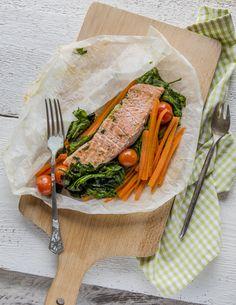 """Papírhüvelyben sült lazac -    Állítom, hogy a KitchenBox életének az egyik legegészségesebb ételét kínáljuk most, ezt a papírhüvelyben sült lazacot remek zöldségágyon. A sütőben együtt """"érlelt"""" zöldségek és a lazachús aromája mennyei illat kavalkádot kínál a konyhában, íze pedig igazán fenséges. E fogás rendkívül diétás, mégis kedvencünk lesz egy pillanat alatt. Jó étvágyat kívánunk!"""