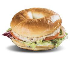 Amateur de grands voyages, ce bagel vous emmènera en mer! Un thon de choix, une mayonnaise savoureuse, quelques crudités; vous pouvez embarquer. Thon – Mayonnaise – Tomate – Salade