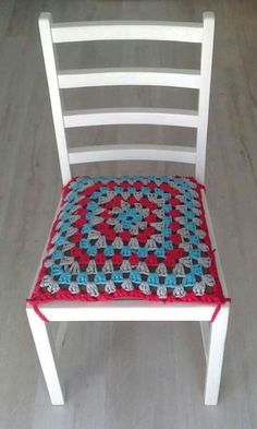 t-shirt yarn granny square chair seat cover Crochet Quilt, Crochet Pillow, Crochet Motif, Crochet Yarn, Granny Square Häkelanleitung, Granny Square Crochet Pattern, Crochet Granny, Crochet Decoration, Crochet Home Decor