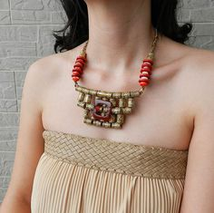 Tribal statement necklace in red and gold  por osofreejewellery