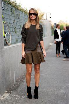 Street Style: los primeros looks de primavera. Falda con ruffles, de Stella McCartney, top de algodón y botines.