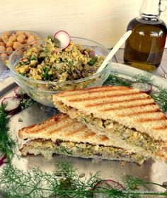 Chickpea spread salad and sandwitch Vegan Snacks, Snack Recipes, Healthy Recipes, Healthy Meals, Going Vegan, Vegan Vegetarian, Food And Drink, Veggies, Lunch