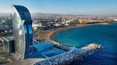 La Barceloneta, la playa más antigua y famosa de la ciudad de Barcelona. Se trata de una playa urbana muy céntrica a la que es muy fácil llegar mediante transporte público.