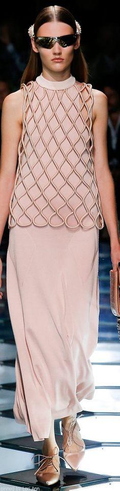 Balenciaga Spring 2015 Ready-to-Wear Fashion Show Fashion Week, Look Fashion, Fashion Details, Runway Fashion, High Fashion, Fashion Show, Womens Fashion, Fashion Design, Fashion Trends
