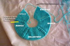 CONOCIENDO ARTESANAS: Como hacer un jersey para un nenuco, paso a paso Knitting For Kids, Baby Knitting, Baby Cardigan, Doll Patterns, Baby Dolls, Doll Clothes, Knit Crochet, Free Pattern, Diy And Crafts