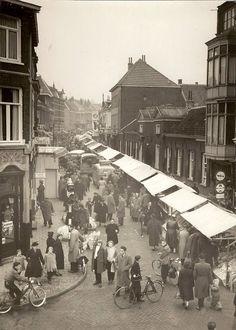 De Hommelse markt aan de Hommelseweg.  De markt werd iedere zaterdag gehouden. Vroeger vaak opgeluisterd door de in Klarendal (en vermoedelijk ook daar buiten) bekende accordeonist Hent van Leur.